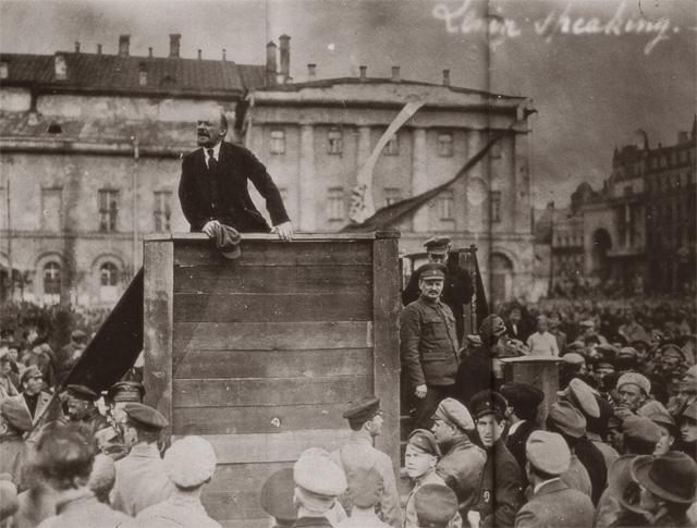 Lénine prenant la parole
