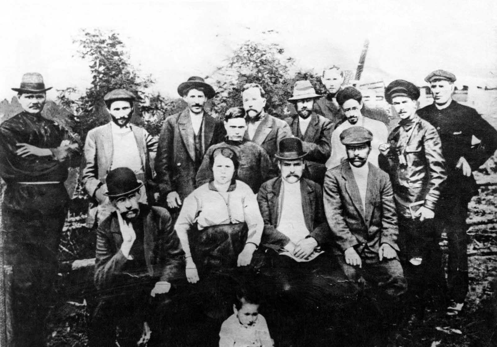 Groupe de bolcheviks à Touroukhansk, en 1915. Staline est le 3e en partant de la droite, sur la seconde rangée.