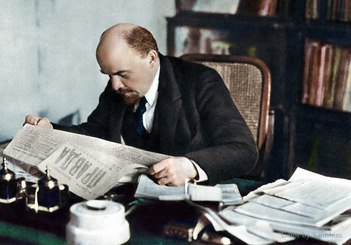 Lénine, lisant la Pravda