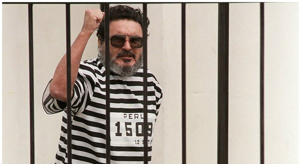 Gonzalo, enfermé dans une cage, en tenue de bagnard, après son arrestation